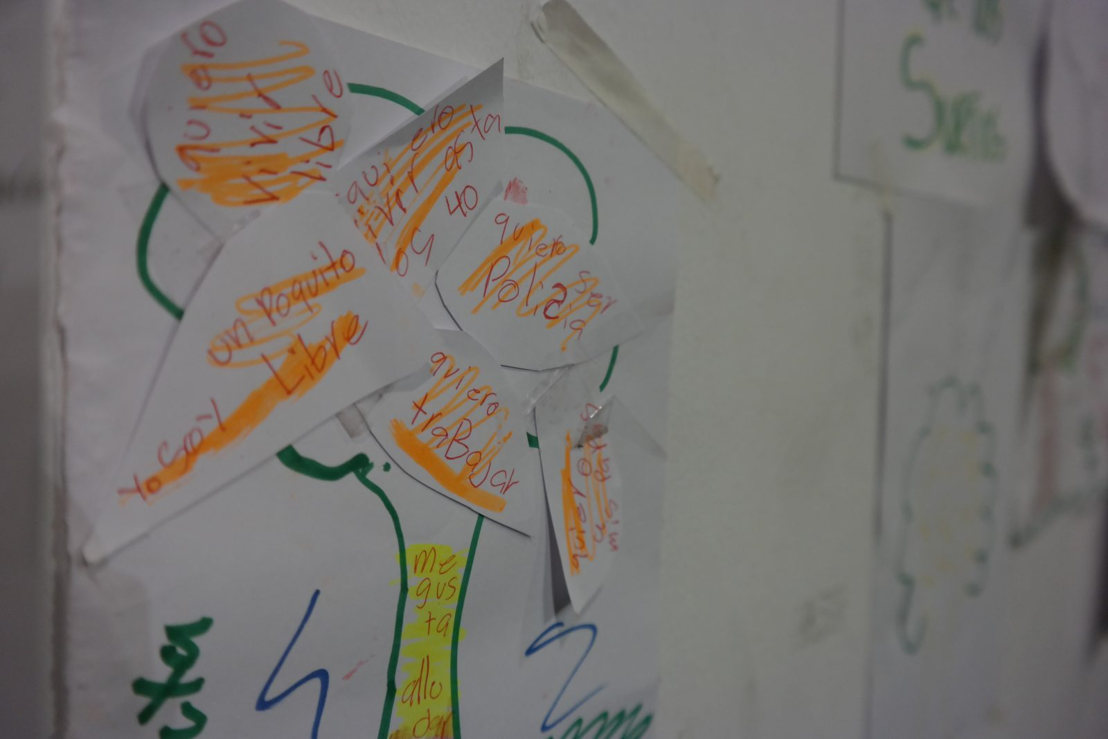"""Youth drawing with text that reads """"quiero vivir libre"""" and """"yo soy libre."""""""