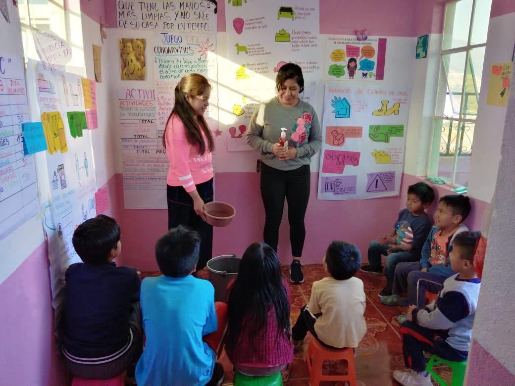 Team members from Sololatecas por los Derechos de las Mujeres Jóvenes Indígenas (SPDMJI) demonstrate hygiene techniques to young children.