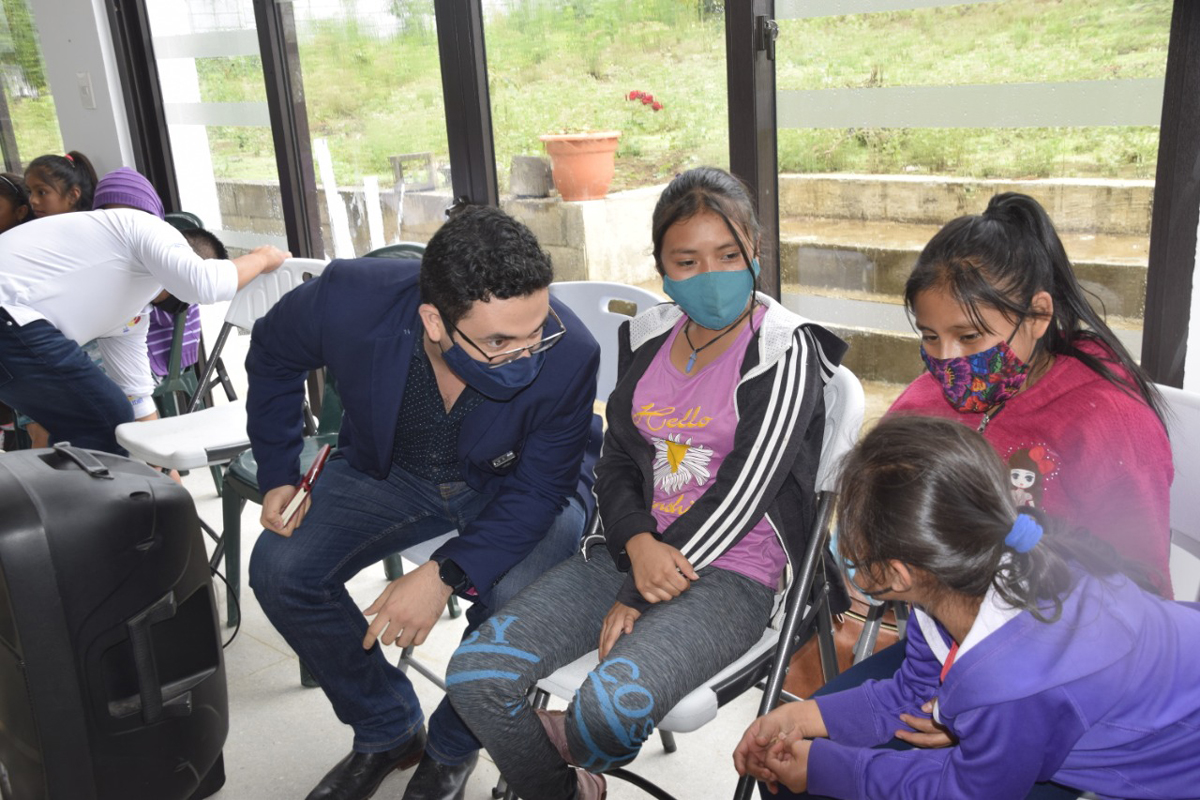 Girls from Chimaltenango who participate in Coincidir programs met with a congressional representative who is proposing a law to guarantee free internet access in rural areas.