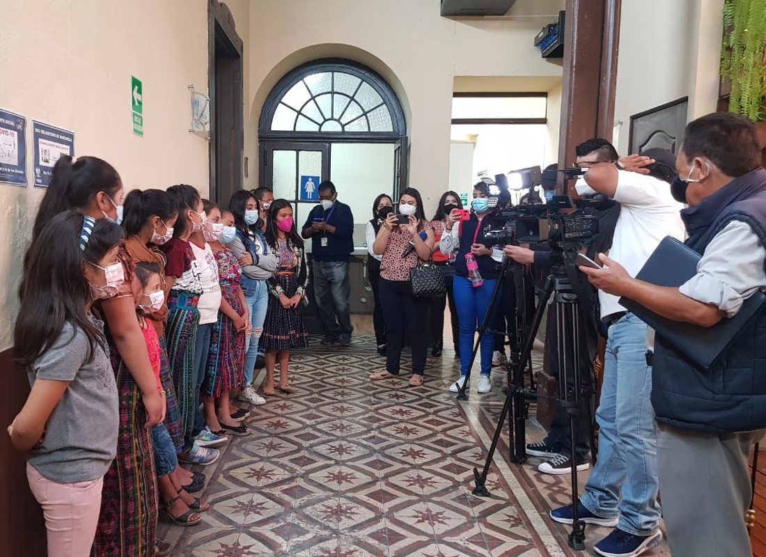 With support from Coincidir, ten girls from Chimaltenango traveled to Guatemala City to meet with the President of the Guatemalan Congress's Education, Science, and Technology Commission.