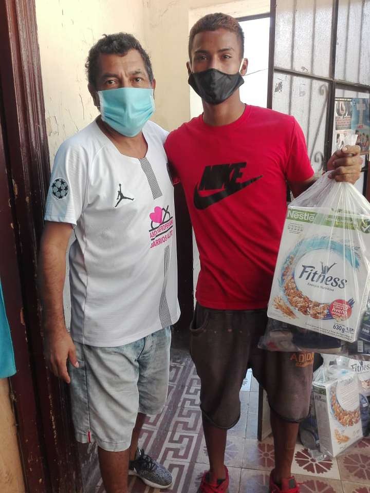 An Ashanti Perú youth volunteer delivers food and hygiene supplies in Lima.